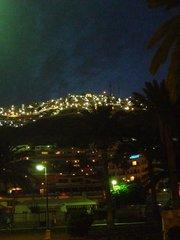Пуэрто Рико вечером. На вершине горы виден Риосоль.