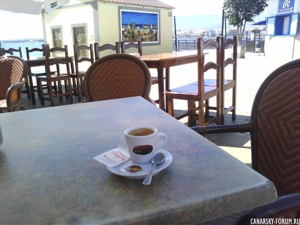 Чашка кофе на столе...
