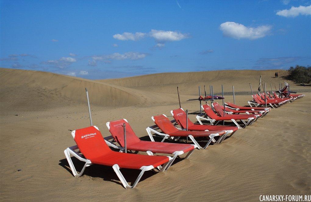 Лежаки на пляже...
