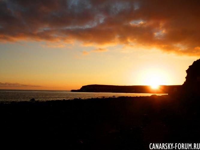Вечерний закат солнца над океаном.