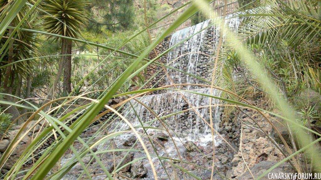 Водопад, напротив кафе :)