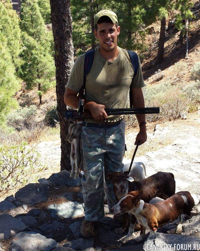 Вчера удалось сфоткать местного охотника с трофеем на поясе.