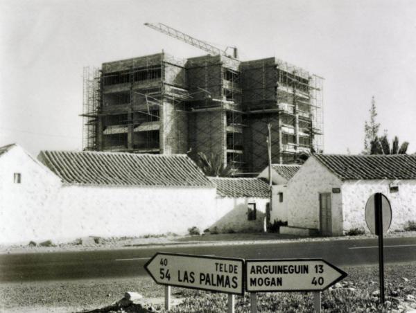 1971 En construcción el edificio Mercurio.jpg
